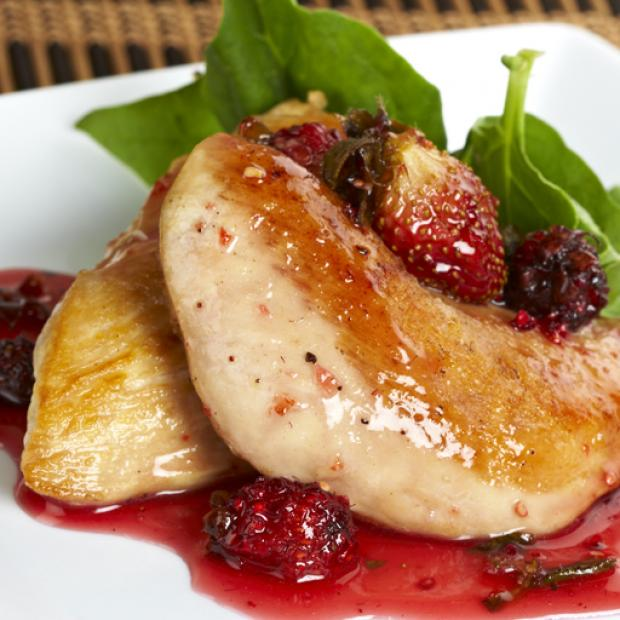 Pollo con salsa de frutos rojos receta por sebastian - Platos con pechuga de pollo ...